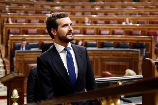 El presidente del Partido Popular, Pablo Casado asiste al pleno del Congreso donde Pedro Sánchez explica las medidas para paliar las consecuencias de la pandemia provocada por el coronavirus.