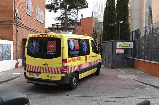 Una ambulancia, junto a un centro hospitalario español.