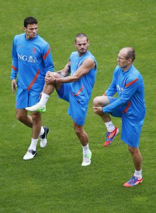 Los jugadores de la selección holandesa de fútbol, (i-d) Khalid Boulahrouz, Wesley Sneijder y Arjen Robben, durante un entrenamiento.