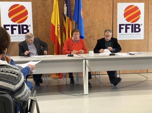 Germán Rodríguez, Miquel Bestard y Manolo Bosch, durante la Asamblea Extraordinaria de la FFIB en la que se dio inicio al proceso electoral 2020-24.