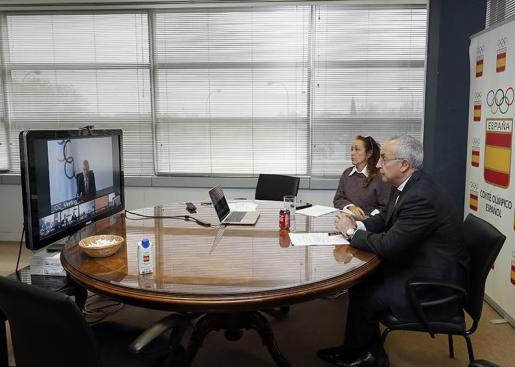 Alejandro Blanco y María Victoria Cabezas, durante la videoconferencia con Thomas Bach, en la sede del COE.