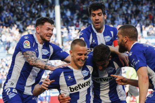 Los jugadores del Alavés celebran el gol de la victoria conseguido ante el Athletic Club en Mendizorroza en Vitoria.