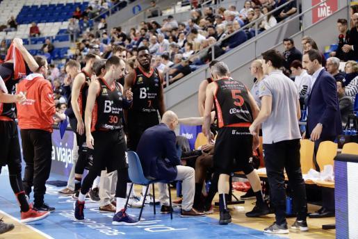 Félix Alonso da instrucciones a los jugadores del BTTB durante un tiempo muerto.