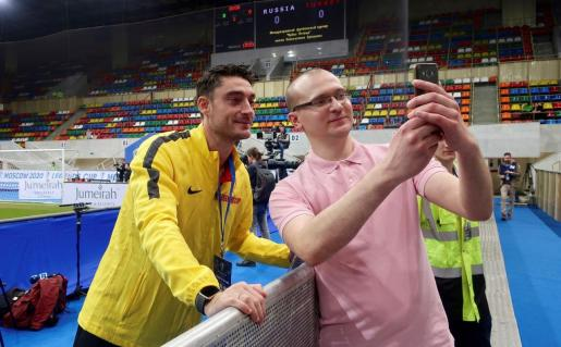 El ex futbolista mallorquín Albert Riera se hace una foto con un aficionado durante un entrenamiento de su academia de fútbol en Rusia.