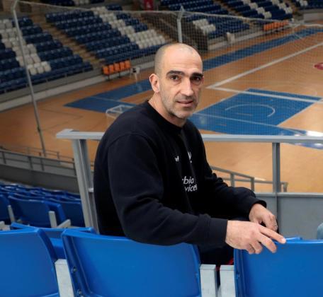 El entrenador del Urbia Voley Palma, Marcos Dreyer, posan en el Palau de Son Moix.