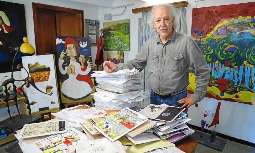 Pep Roig, en su estudio rodeado de viñetas.
