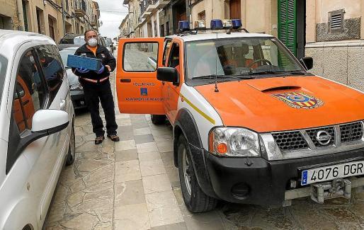 Protección Civil de Montuïri, repartiendo la comida.