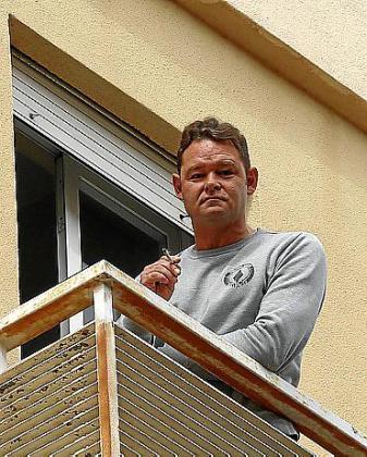 Romano van der Dussen, en su balcón, en Palma.