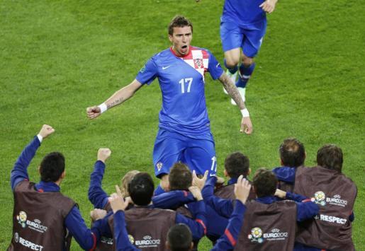 El jugador de la selección croata Mario Mandzukic (c) celebra un gol ante Irlanda.