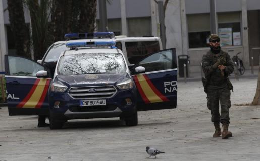 Policía Nacional y miembros de el Regimiento de Infantería Palma 47 patrullaron este miércoles el centro de Palma.