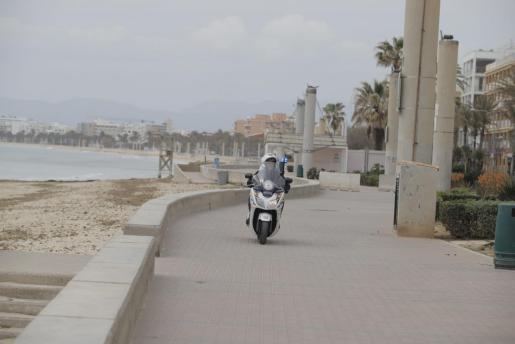 La policía patrulla las calles de Palma durante el estado de alarma por el brote de coronavirus.