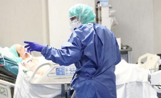 Brescia (Italy), 19/03/2020.- Healthcare personnel wearing protective suits and mask at work in the intensive care unit of the Brescia's Hospital, Italy, 19 March 2020. Italy has reported at least 35,713 confirmed cases of the COVID-19 disease caused by the SARS-CoV-2 coronavirus and 2,978 deaths so far. The Mediterranean country remains in total lockdown as the pandemic disease spreads through Europe. (Italia) EFE/EPA/FILIPPO VENEZIA Coronavirus pandemic in Italy