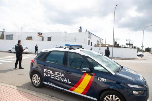 Agentes de la Policía Nacional en un control en Ciutadella.