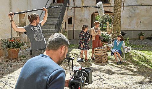 Los populares actores Megan Montaner y Félix Gómez, hace unos días rodando 'La Caza' en Valldemossa.
