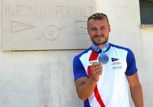 Imagen de Marcus Cooper Walz con la medalla de plata lograda en en el Mundial.