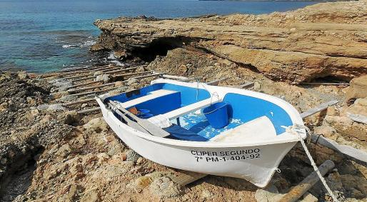 La barca 'Cliper Segundo', en las rocas en Sant Elm.