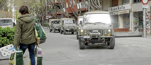 Imagen de varios coches del ejército patrullando por la calle Blanquerna en el dispositivo especial por la pandemia del coronavirus.