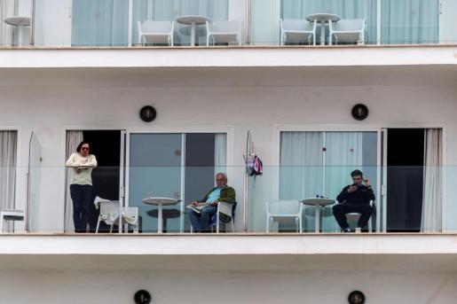 Varios turistas de un hotel del Arenal permanecen en sus habitaciones.
