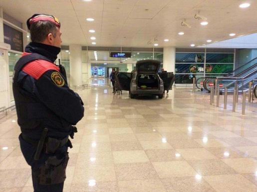 Un coche ha accedido al interior de la Terminal 1 del aeropuerto barcelonés de El Prat.
