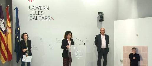Fina Santiago, Rosario Sánchez y Martí March, durante la rueda de prensa ofrecida tras el Consell de Govern celebrado este viernes.