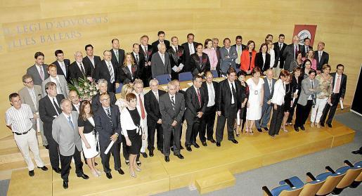 Imagen de todos los letrados homenajeados junto con los miembros de la junta directiva del Colegio de Abogados.