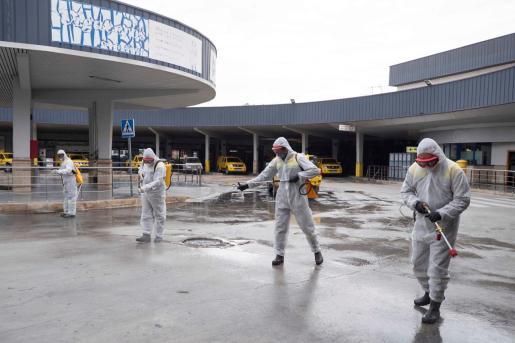 Agentes mediombientales de la Comunidad de Murcia fumigan la estación de autobuses de Murcia para combatir el coronavirus.