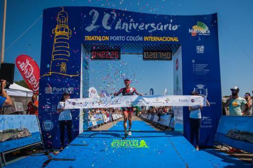 Imagen de la línea de llegada del Triathlon de Portocolom en una reciente edición.
