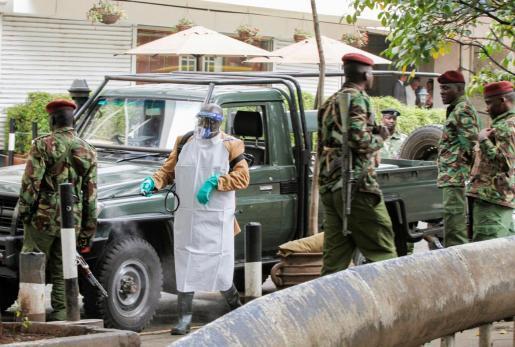 Un trabajador desinfecta un coche del Ejército de Kenia este miércoles en la capital del país, Nairobi, ante la propagación del coronavirus.