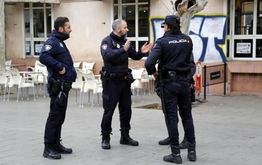 Varios agentes de la Policía Nacional dialogan con un hombre en el acceso de la Intermodal en el Parc de ses Estacions de Palma.