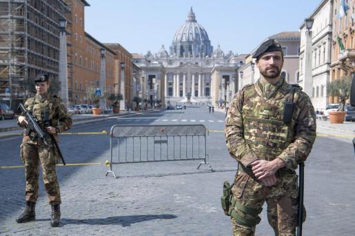 Soldados en un control en Roma.