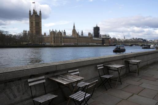Una terraza vacía con vistas al Parlamento británico.