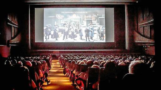 Imagen de una sala de cine llena hasta la última butaca, algo imposible de ver estos días de confinamiento.