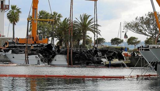 Imagen de los restos del 'My Nirvana', que fue reflotado este viernes en Puerto Portals.