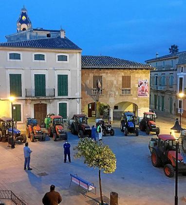 Los cellers y payeses de Santa Maria ponen sus tractores al servicio de la desinfección del pueblo en la pandemia del coronavirus.