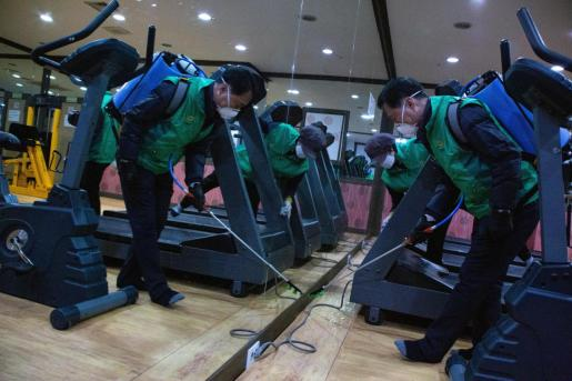 Seoul (Korea, Republic Of), 20/03/2020.- Staff from the Songpa-gu district office spray disinfectant as a precaution against the coronavirus outbreak, in Songpa Sauna in Seoul, South Korea, 20 March 2020. The nation has reported nearly 8,700 ca?ses of coronavirus and COVID-19. (Corea del Sur, Seúl) EFE/EPA/JEON HEON-KYUN Coronavirus outbreak in South Korea