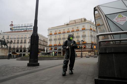 Un soldado de la UME desinfecta la zona de la Puerta del Sol, en Madrid.