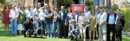Foto de familia de los empresarios y representantes políticos que acudieron a la comida de Fires y Festes ofrecida por el Grup Serra.