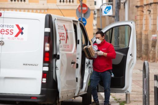 Un repartidor de Correos, protegido con una mascarilla en Ciutadella.
