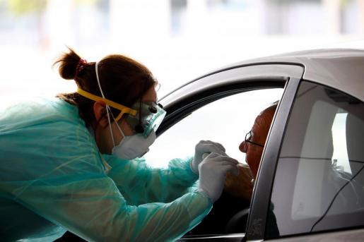 El centro de salud Carlos Castilla del Pino habilita una zona para que personal esencial de los servicios públicos puedan hacerse test de detección del virus COVID-19 desde sus vehículos.