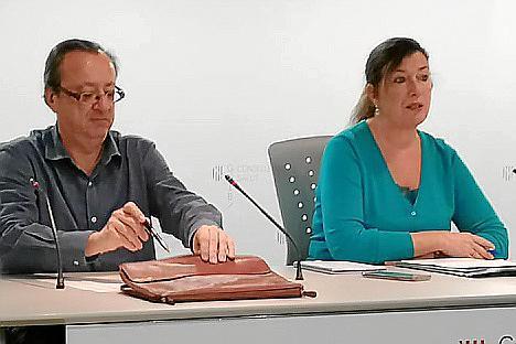 La consellera Patricia Gómez y el doctor Francesc Albertí durante la rueda de prensa.