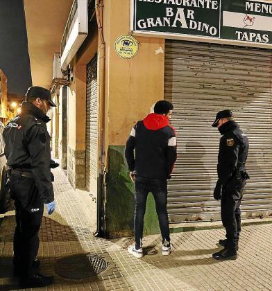 Cualquier persona que circula de noche por Palma es interceptada e identificada por la Policía Nacional, que incluso puede cachearlos. Si no pueden justificar el motivo de su presencia en la calle, son sancionados económicamente.