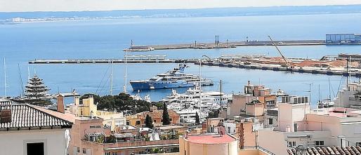 El superyate 'Pacific', en el Club de Mar de Palma junto al 'Sea&Us', otra embarcación de superlujo.