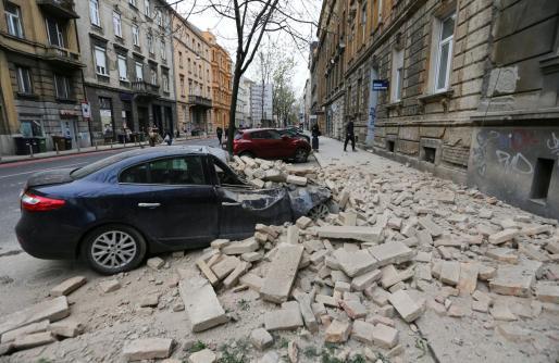 Un vehículo, dañado por el desprendimiento de una cornisa en Zagreb.