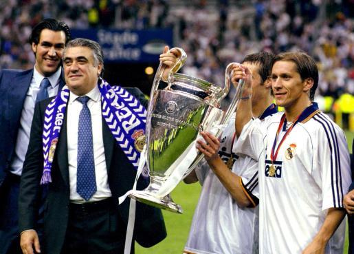 Lorenzo Sanz y Míchel Salgado sostienen la Copa de Europa 1999/2000.