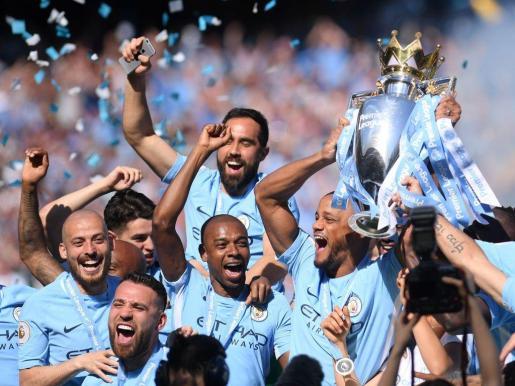 Los jugadores del Manchester City celebran el título de campeones de la Premier League.