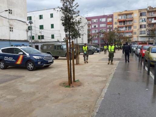 Imagen del militares junto a agentes de la Policía Nacional, en Palma.