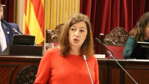 La presidenta del Govern, Francia Armengol, durante su comparencia urgente en el Parlament este lunes.