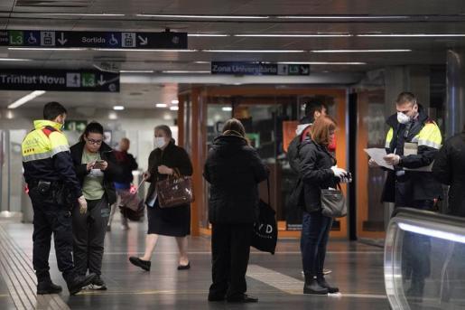 Agentes controlan la circulación de ciudadanos por las ciudades españolas.