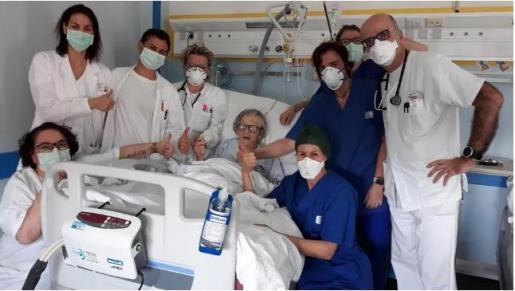 La anciana, junto al equipo médico que ha logrado obrar el milagro.