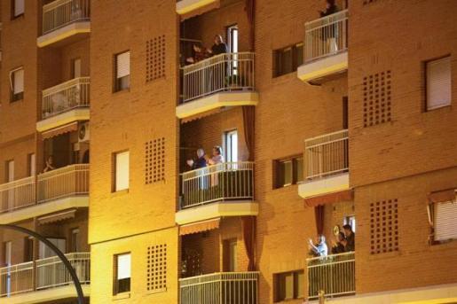 Los ciudadanos salen a sus balcones cada noche para aplaudir al personal sanitario.